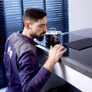 Keukenmonteur bezig met het maken van een keuken